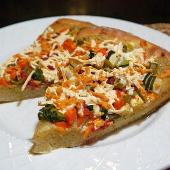 Pizza vegetariana cu sos ranch